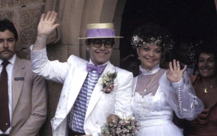 Renate Blauel y Elton John el día de su boda saludando a la prensa y a los invitados