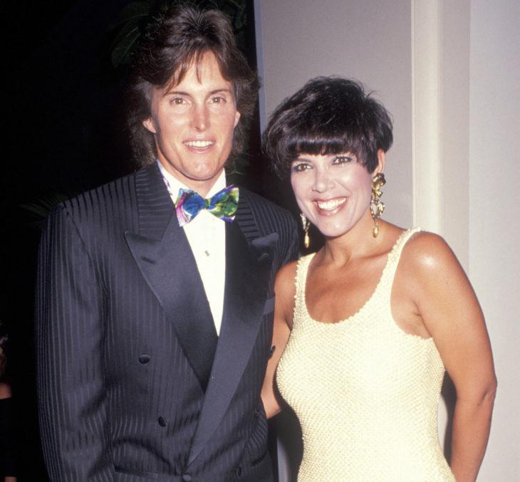 Kris y Bruce Jenner durante los 90 posando en una alfombra roja