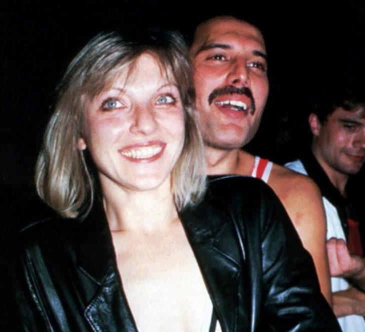 Mary Austin y Freddie Mercury abrazados durante un concierto