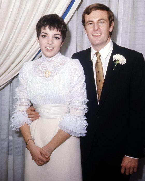 Liza Minelli y Peter Allen el día de su boda posando para una foto