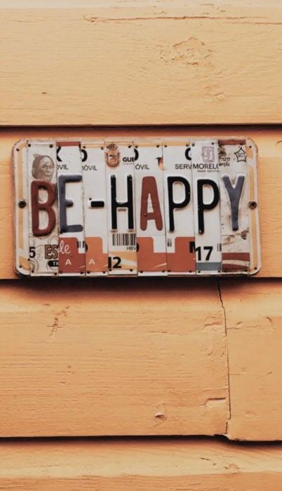 """Fondo de pantalla de frases para celular; wallpaper de placas formando frase """"sé feliz"""""""