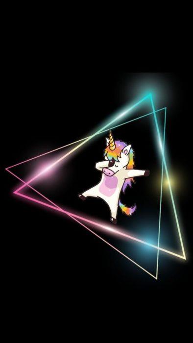 Fondo de pantalla para celular con un dibujo de unicornio inclinado dentro de un triangulo de colores fluorescentes