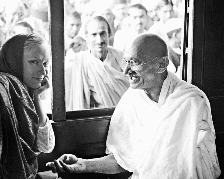 Fotógrafa Flóra Borsi tomándose una selfie con Gandi mientras están en una cafetería