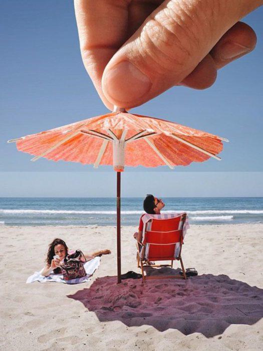 Fotos de mejores amigos que están en la playa tomando el sol y siendo tapados por una sombrillita coctelera