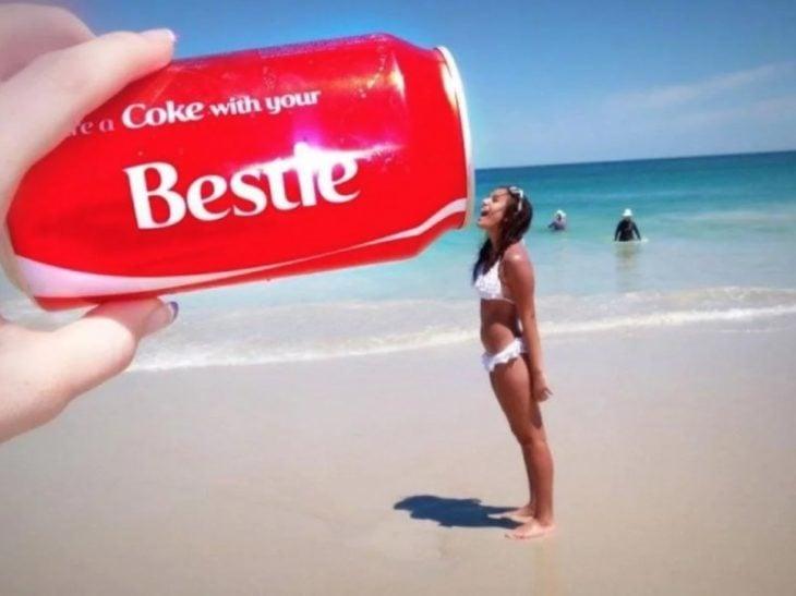Fotos de mejores amigas; chica tomando refresco de una lata gigante