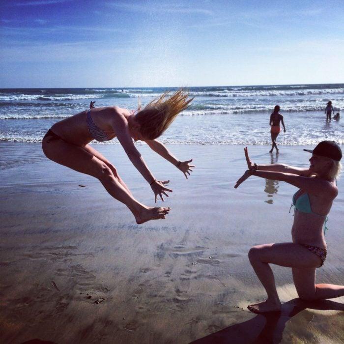 Chicas jugando en la playa que dan la ilusión de estar haciendo un kame hame ha