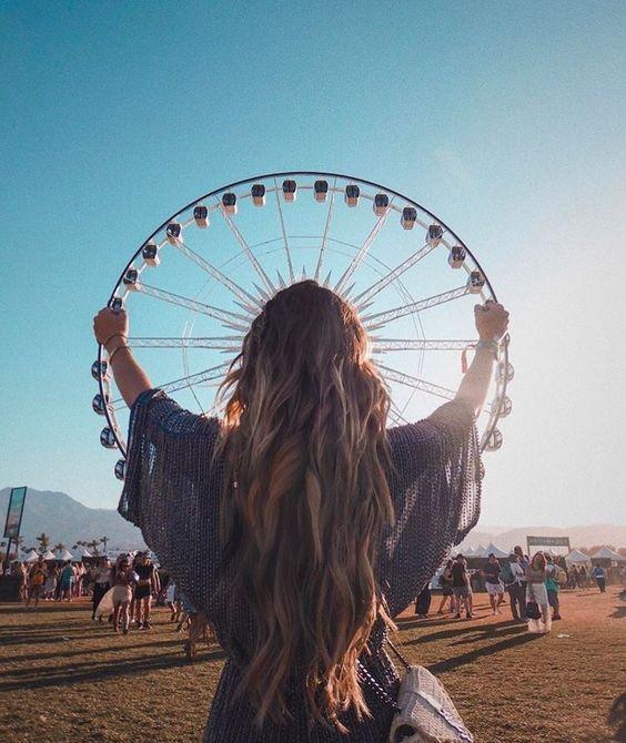 Chica en Coachella dando la ilusión de que está sujetando una rueda de la fortuna
