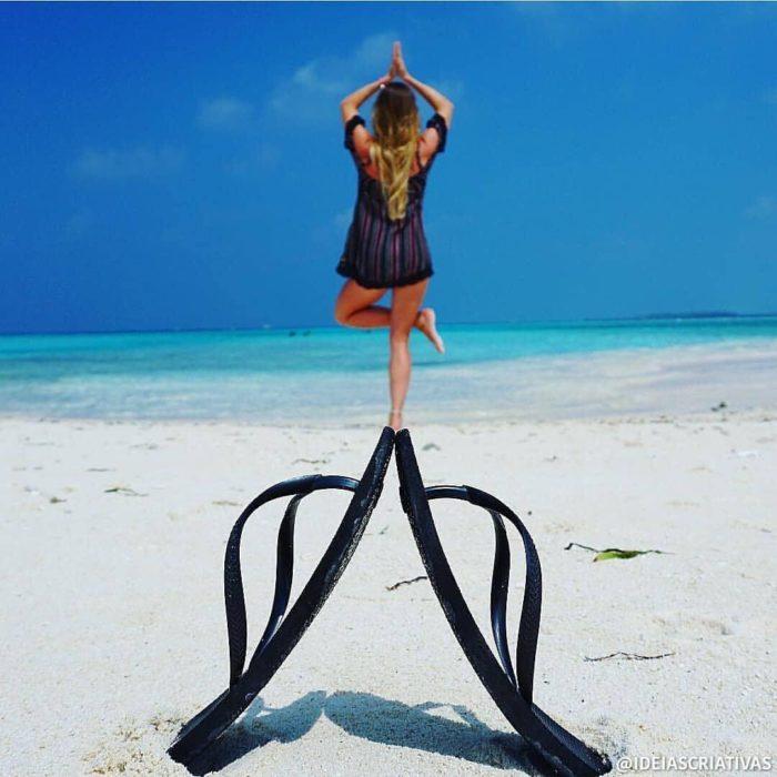 Chica haciendo yoga mientras está dando el efecto de que está parada sobre un par de chancletas