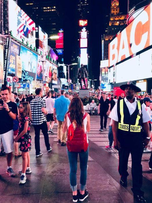 Personas caminando por New York de noche