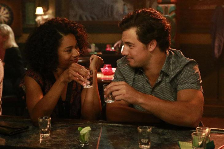 Personajes de Greys anatomy´s bebiendo en una bar