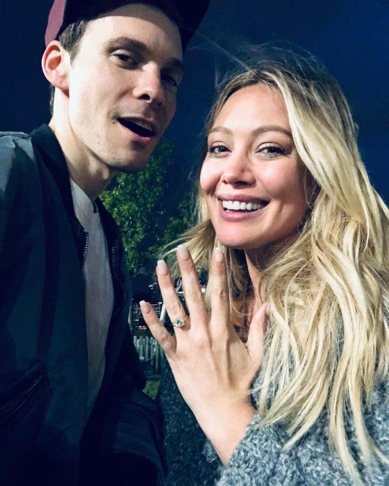 Cantante y actriz Hilary Duff se compromete con el músico y compositor Matthew Koma, pareja de novios mostrando anillo de compromiso