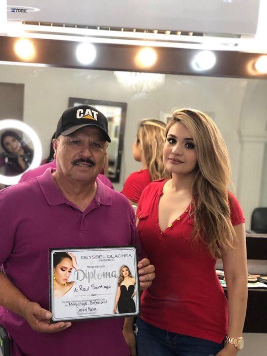Hombre que vende maquillaje tomó clases con una maquillista profesional y obtuvo su diploma