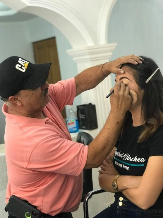 Hombre que vende maquillaje tomó clases con una maquillista profesional