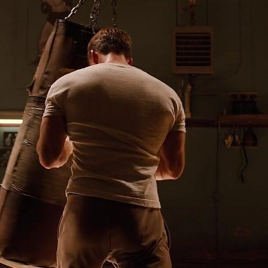 Chris Evans de espaldas practicando box, escena película Avengers, Capitán América