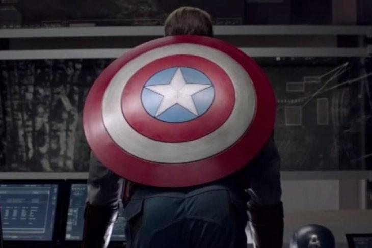 Capitán América de espaldas, mostrando su escudo, Chris Evans