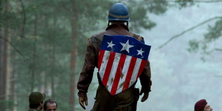 Chris Evans llevando traje de soldado en color café, escena película Capitán América: primer vengador