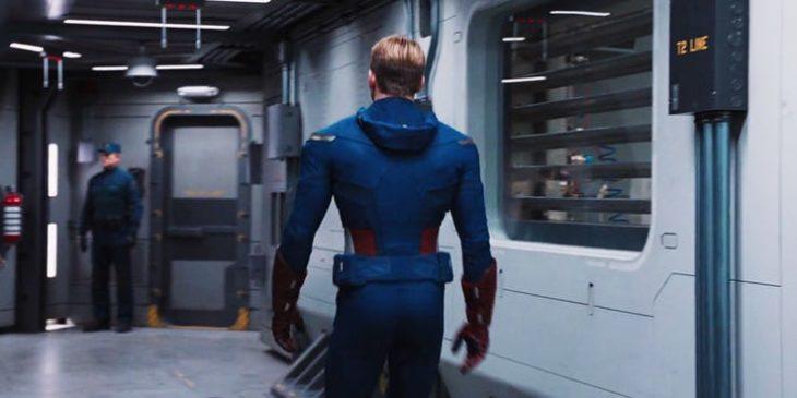 Capitán América de espaldas caminando por un pasillo con vitrales grandes, Chris Evans, Avengers