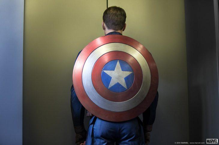 Capitán América de espaldas, mostrando su escudo, esperando el elevador, Chris Evans