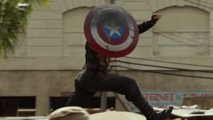 Capitán América cubriéndose con su escudo, brincado entre automóviles, Chris Evans, Avengers
