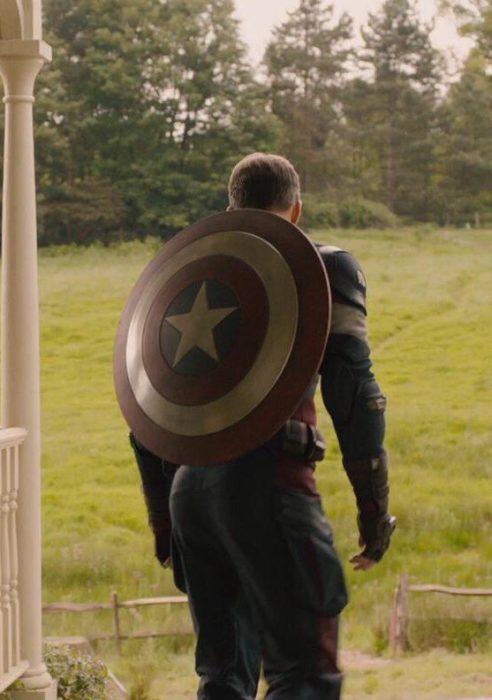 Capitán América de espaldas, mostrando su escudo, parado frente a una casa, Chris Evans