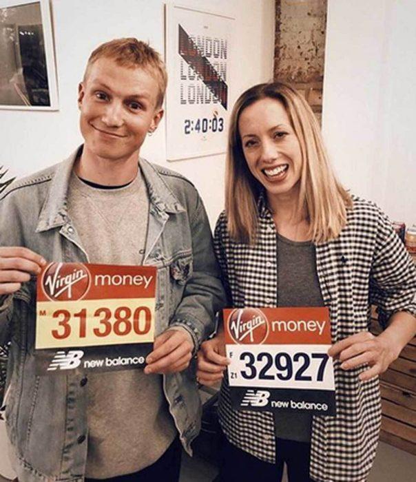 Jessica Anderson y su acompañante muestran su número de corredor