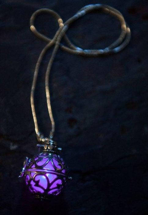 Dije de luz led con piedra brillante en tono morado, joyería inspirada en Marvel