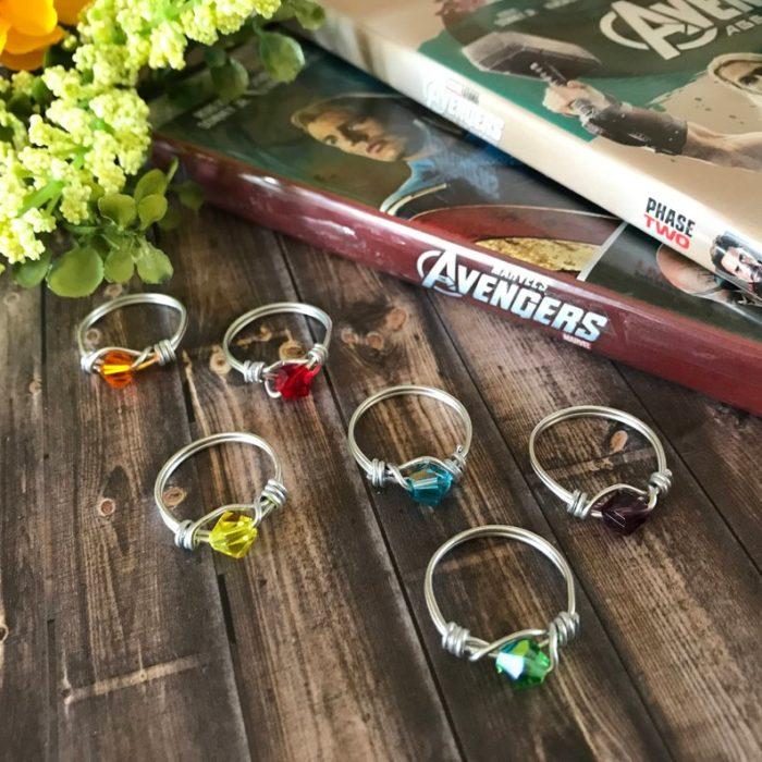 Anillos de plata delgados con piedras de colores, joyería inspirada en Marvel