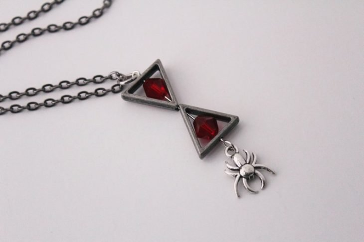 Dije con reloj de arena, araña y piedras rojas, joyería inspirada en Marvel, Black Widow