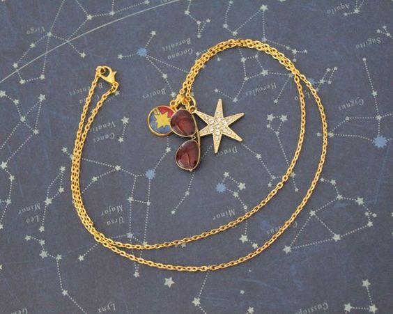 Collar dorado con dije de gafas, estrella y logotipo de Capitana Marvel, joyería inspirada en Marvel