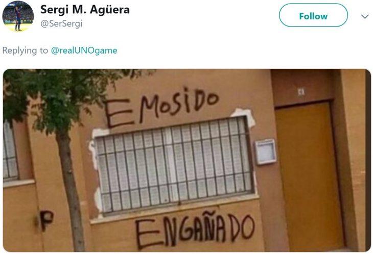 El juego de mesa UNO revela las reglas del juego: no se pueden acumular cartas, y usuarios de Twitter reaccionan; meme de hemos sido engañados, pared con grafitti