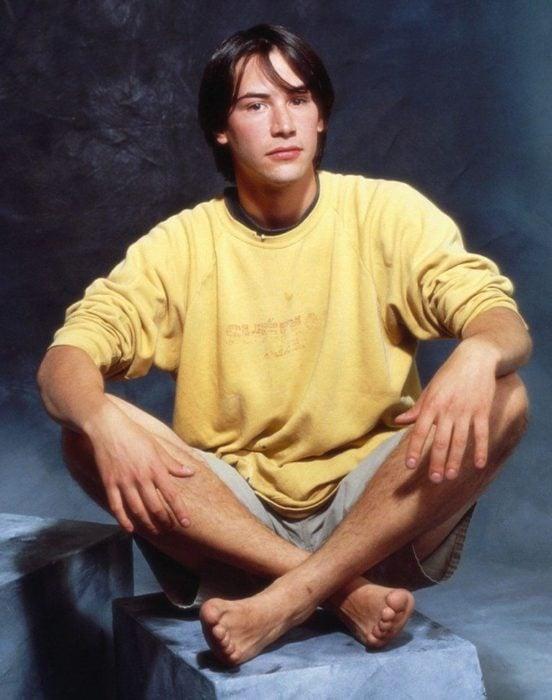 Actor Keanu Reeves joven; chico con suéter amarillo