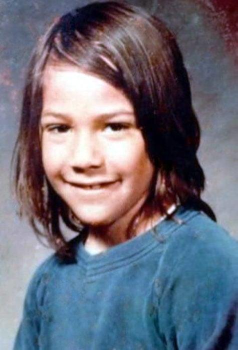 Actor Keanu Reeves joven; niño con cabello largo