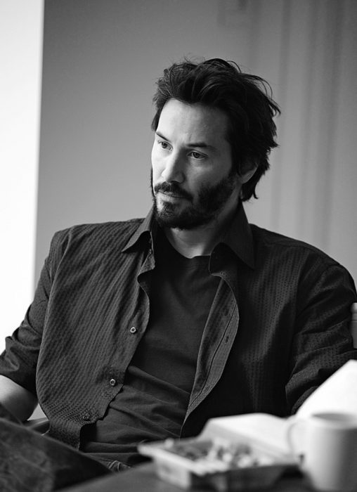 Actor Keanu Reeves con traje, cabello corto y barba