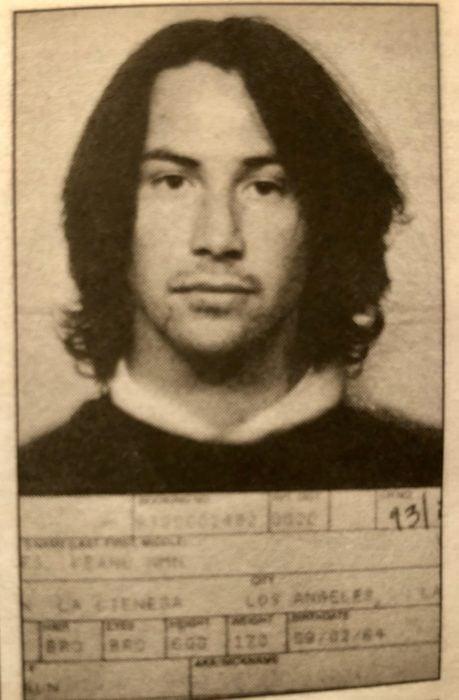 Actor Keanu Reeves joven; mugshot o foto policial de su arresto en 1993