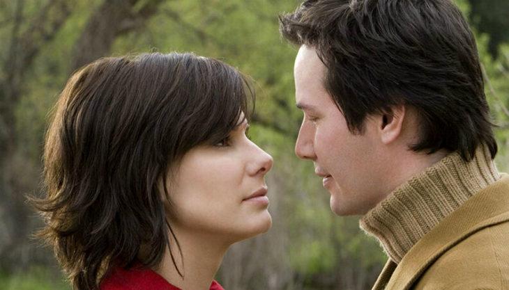 Sandra Bullock y Keanu Reeves mirándose a los ojos, escena d ela película La casa del lago