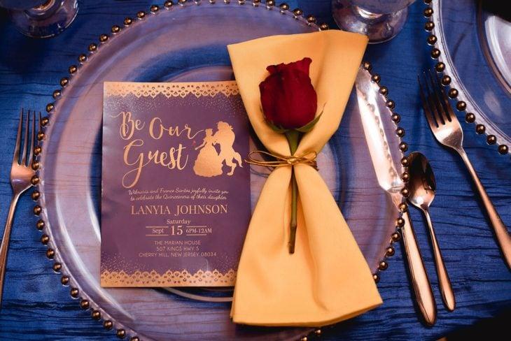 Ideas para quinceañera estilo La Bella y la Bestia de Disney; platos con perlas doradas, con una rosa