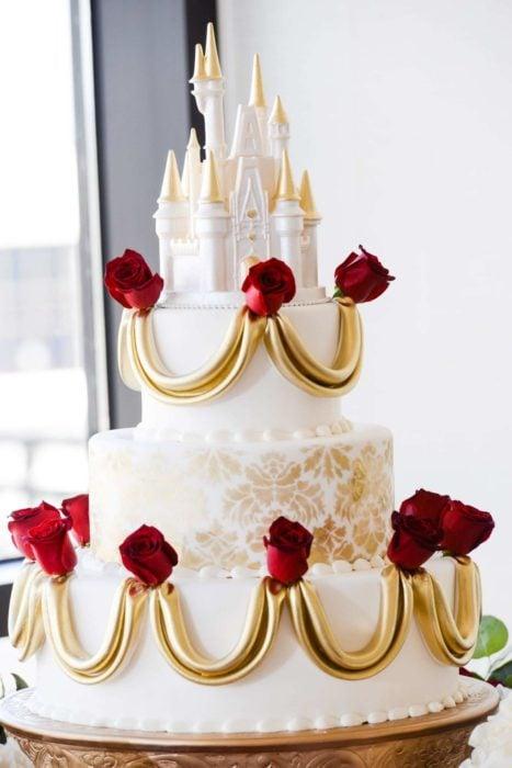 Ideas para quinceañera estilo La Bella y la Bestia de Disney; pastel blanco en forma de castillo con rosas