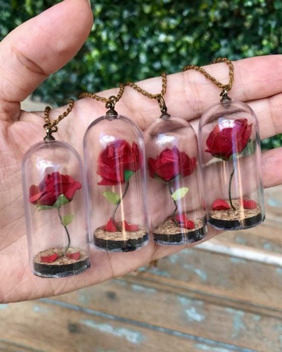 Ideas para quinceañera estilo La Bella y la Bestia de Disney; recuerdos para invitados, rosas dentro de cristal
