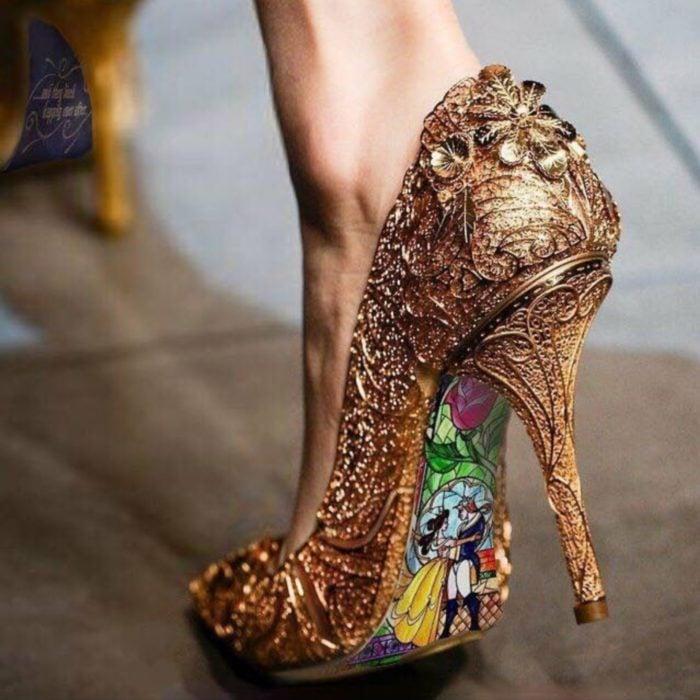 Ideas para quinceañera estilo La Bella y la Bestia de Disney; zapatillas doradas con ornamentos y adorno de princesas en la suela