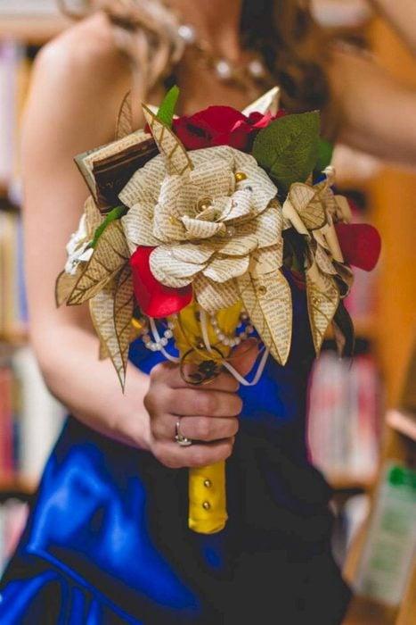 Ideas para quinceañera estilo La Bella y la Bestia de Disney; ramo de flores hecho con páginas de libros