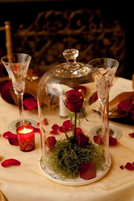 Ideas para quinceañera estilo La Bella y la Bestia de Disney; rosa dentro de cristal como centro de mesa