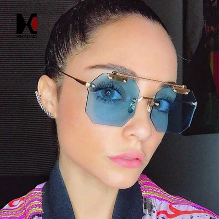 Chica dentro de una habitación modelando un par de anteojos cuadrado en tono azul cielo