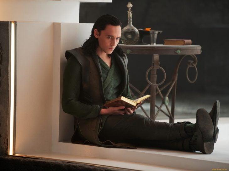 Actor Tom Hiddleston como Loki, hermano de Thor en Avengers, Marvel, leyendo un libro