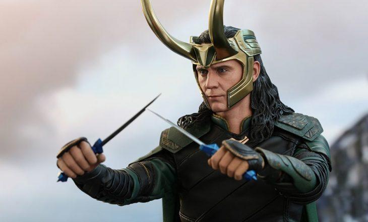 Actor Tom Hiddleston como Loki, hermano de Thor en Avengers, Marvel, usando casco dorado con cuernos largos