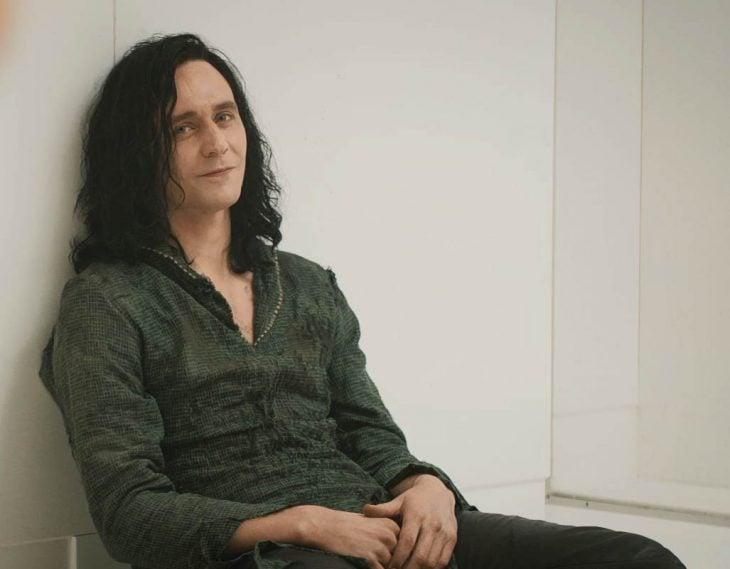 Actor Tom Hiddleston como Loki, hermano de Thor en Avengers, Marvel, sentado en su celda