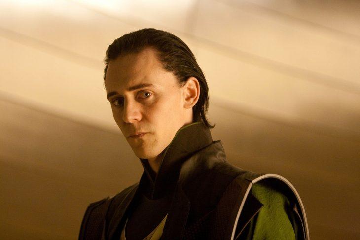 Actor Tom Hiddleston como Loki, hermano de Thor en Avengers, Marvel, hombre de cabello corto y negro