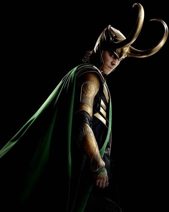 Actor Tom Hiddleston como Loki, hermano de Thor en Avengers, Marvel, usando su casco dorado con cuernos largos y capa verde