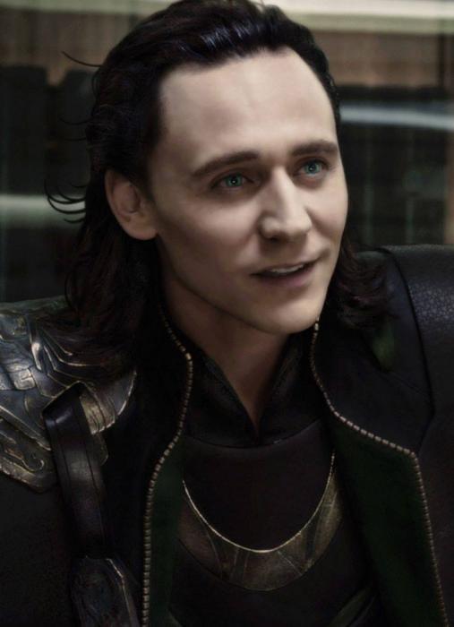Actor Tom Hiddleston como Loki, hermano de Thor en Avengers, Marvel, hombre de cabello largo y negro