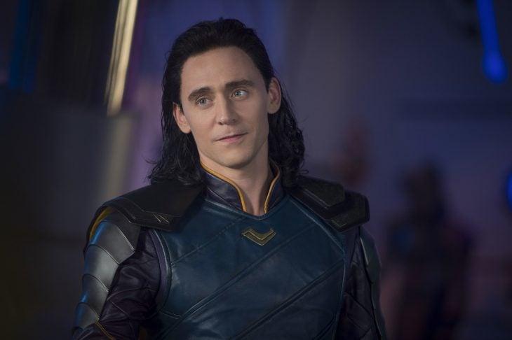 Actor Tom Hiddleston como Loki, hermano de Thor en Avengers, Marvel, hombre de cabello largo y negro con uniforme