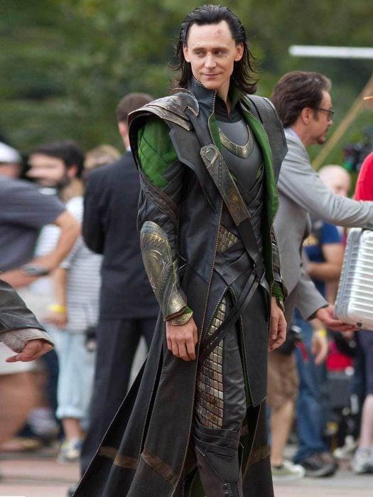 Actor Tom Hiddleston como Loki, hermano de Thor en Avengers, Marvel, en el set de grabación